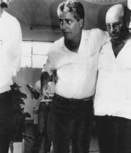 Comandante Murilo deixa hospital após ter sido  baleado na perna no desfecho do sequestro. Foto: José Paulo / AE