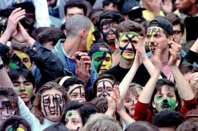 Estudantes que ficaram conhecidos como os 'caras-pintadas' realizam manifestação pedindo o impeachment do então presidente da República, Fernando Collor de Mello. Foto: Carlos Rodrigues/AE