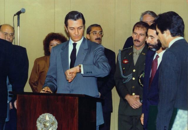 Fernando Collor de Mello consultou várias vezes o relógio para anotar o horário exato em que assinaria sua saída da Presidência da República em 02/10/1992. Wilson Pedrosa/AE