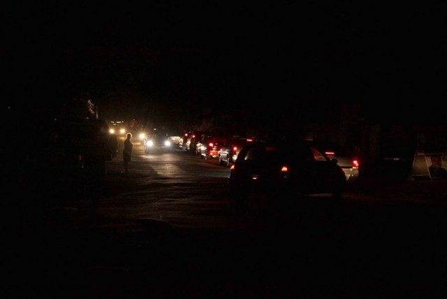 Rua de São Luís iluminada por faróis de carros e pela lua.