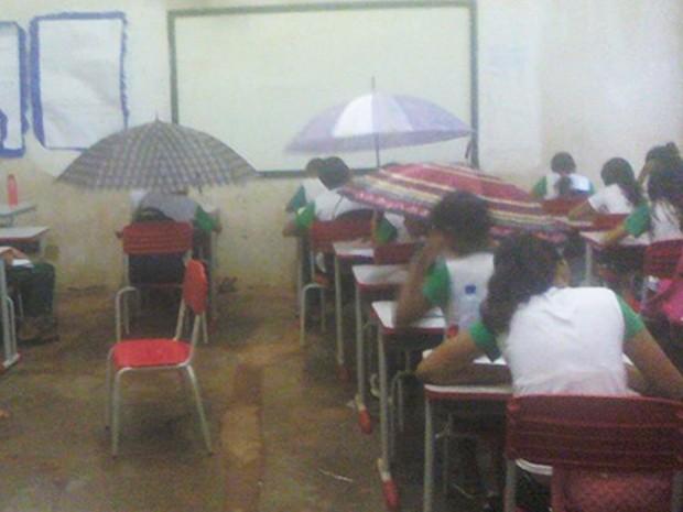 Após chuva, sala de aula do Colégio Municipalizado Guilherme Dourado ficou alagada e alunos tiveram que se proteger com guarda-chuvas. Foto: Uiliene Araújo / Arquivo Pessoal