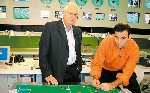 """Joelmir Beting e seu filho, Mauro Beting, durante gravação do programa """"Beting & Beting"""", do canal Bandsports"""