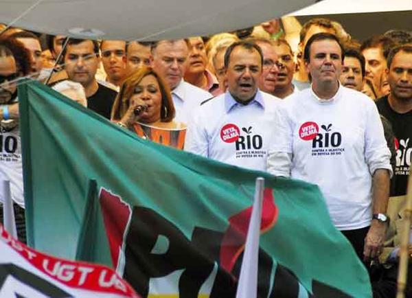 A maranhense Alcione cantando o Hino Nacional na manifestação do Rio de Janeiro pelos royalties.