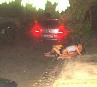 Em uma das fotos, uma casal aparece em uma calçada sem roupas.