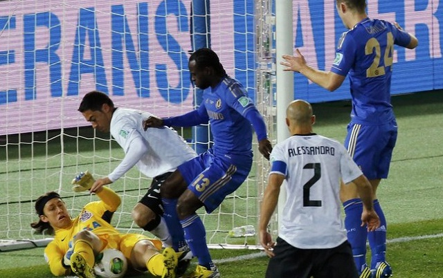 O goleiro Cássio salva em cima da linha, observado por Chicão, Moses e Cahill. Foto: Reuters/Reprodução