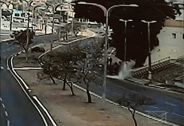 Momento exato em que o motorista cai num buraco e perde o controle do carro. Foto: Imirante/Reprodução