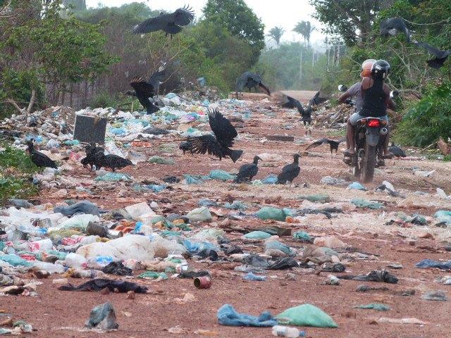 Lixo bloqueia estrada vicinal na zona rural de Rosário. Foto: Reprodução