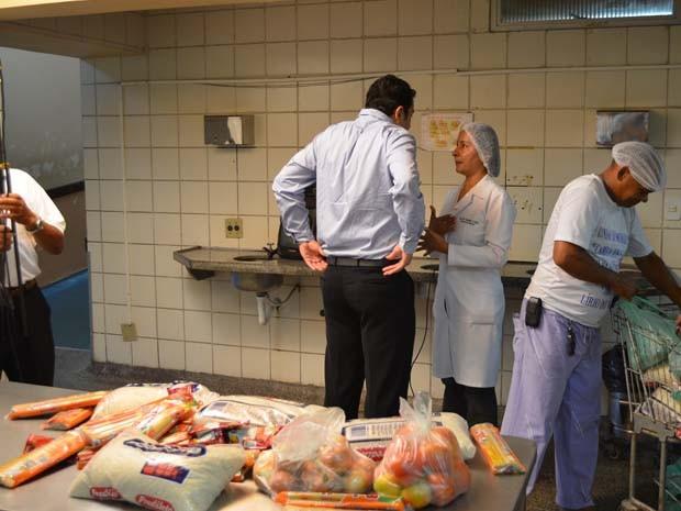 Foto da assessoria do hospital mostra o diretor Yglesio Moyses (de costas), verificando a chegada das primeiras doações. Foto: Divulgação/Ascom Socorrão I