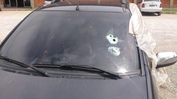 Tiros atingiram o lado do motorista. Foto: Reprodução