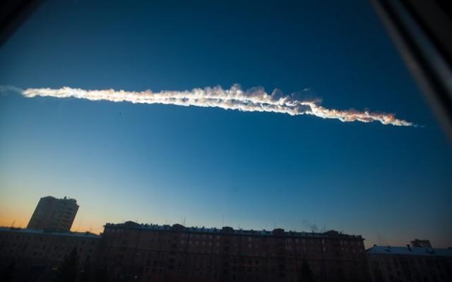 Rastro deixado pelo meteorito é visto no céu de Chelyabinsk, na Rússia. Foto: AP