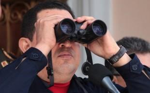 Hugo Chávez usa binóculos dados por vice-premiê bielo-russo, Vladimir Semashko, em Caracas, em junho de 2012. Foto: AP