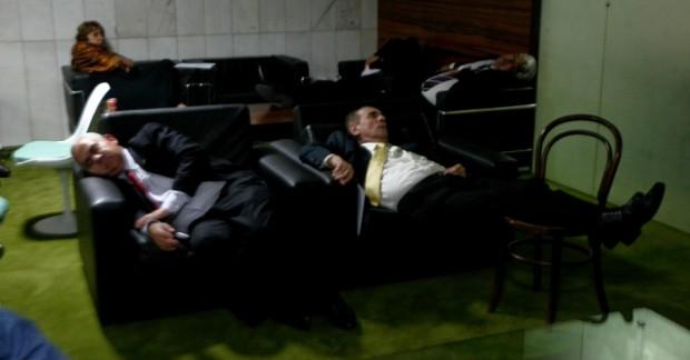 Sofá da sala de cafezinho da Câmara virou cama para deputado maranhense; Foto: Reprodução
