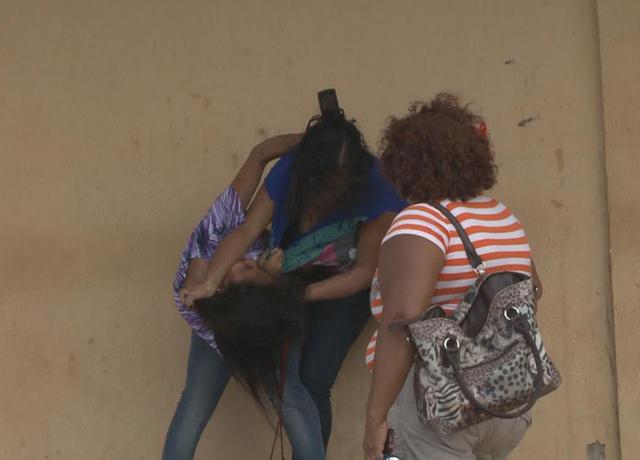 Mulheres vão aos tapas na porta de Pedrinhas por causa de um detento