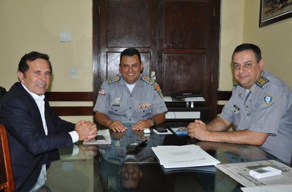 Os coronéis Zanoni (C) e Francalanci recebem no gabinete do Comando da PM o Barbosa, da Dimensão Engenhar