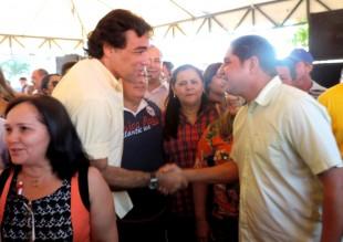Lobão Filho acompanhando de Belezinha cumprimenta Zé Inácio
