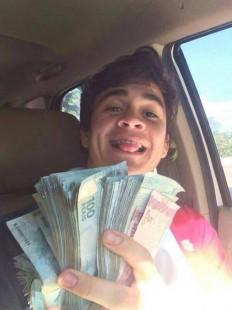 Motorista exibindo dinheiro