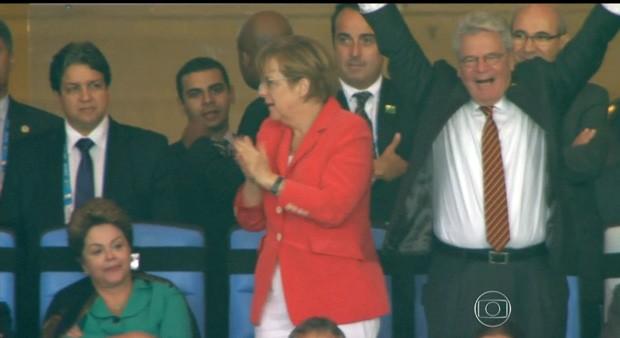 A chanceler alemã Angela Merkel e o presidente da Alemanha, Joachim Gauck, comemoram na tribuna de honra do Maracanã o gol que deu o título da Copa do Mundo ao país europeu