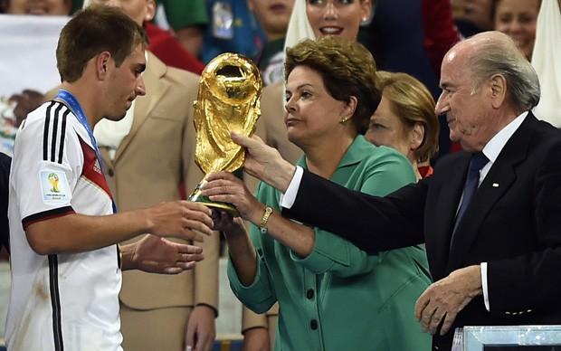 A presidente Dilma Rousseff entrega a taça da Copa do Mundo ao capitão da seleção da Alemanha, Philipp Lahm, no estádio do Maracanã