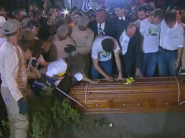 Família se despede, momentos antes do caixão de Eduardo Campos descer à cova.