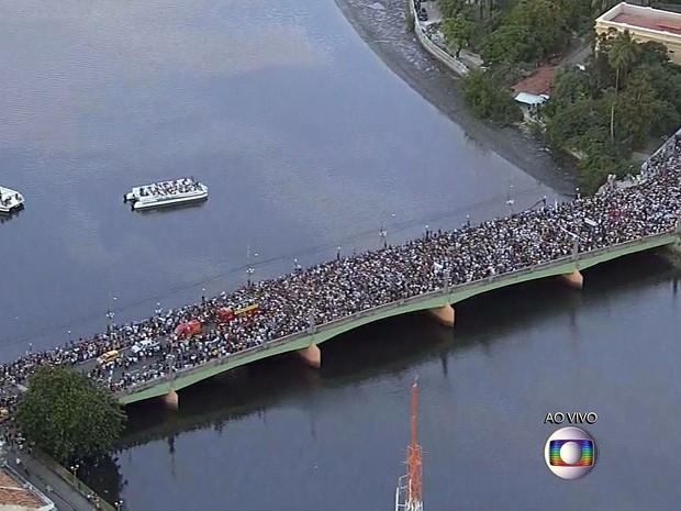 Cortejo que leva caixão com o corpo de Eduardo Campos passa pela Ponte Princesa Isabel, em direção ao Cemitério de Santo Amaro, no Recife