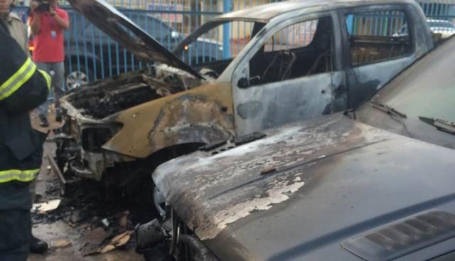 Carros incendiados no pátio de uma concessionária na Avenida dos Africanos