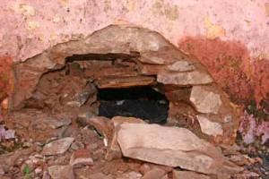 Buraco feito na parede da cela da delegacia de Balsas por onde fugiram nove presos