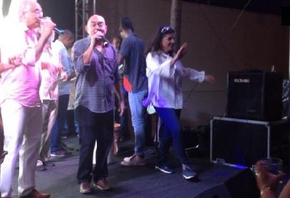 Roseana cantando e dançando na festa de despedida do governo