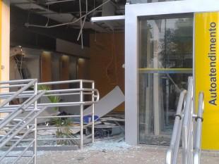 Imagem da agência do BB de Olho D'Água das Cunhãs quando foi explodida em outra ação em outubro de 2013