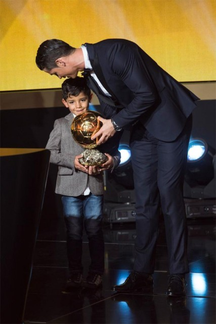 Cristiano Ronaldo entrega a Bola de Ouro para o filho no palco da festa da Fifa
