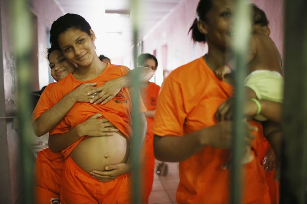 Presidiárias, algumas delas grávidas e outras com filhos recém-nascidos, recebem visitas no presídio de Pedrinhas, em São Luís. Elas são mantidas separadas dos detentos (Foto: Mario Tama/Getty Images)