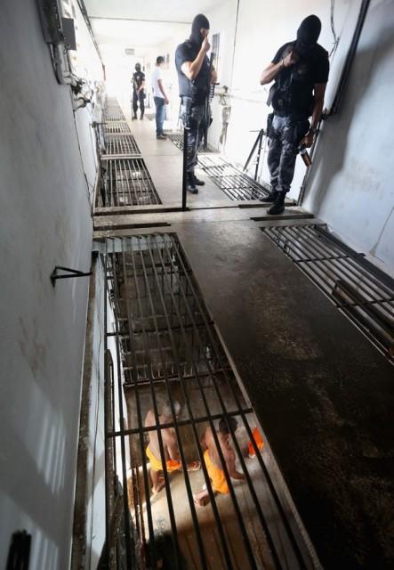 Policiais militares acompanham de cima a movimentação de detentos no presídio de Pedrinhas (Foto: Mario Tama/Getty Images)