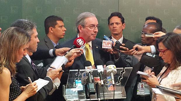 O presidente da Câmara, Eduardo Cunha, anuncia o reajuste e a ampliação dos benefícios dos deputados federais (Foto: Fernanda Calgaro / G1)