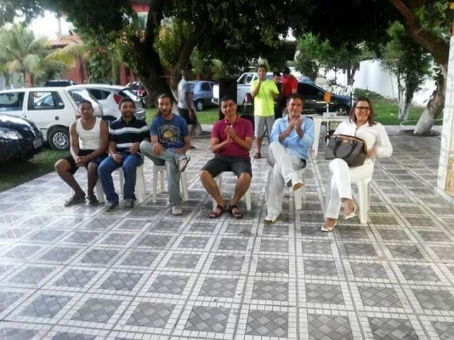 O advogado Rafael Silva em recente evento da APRUMA. Ele está entre o secretário de Ciência e Tecnologia, Bira do Pindaré e uma das representantes da APRUMA, a professora de enfermagem Sirliane Paiva