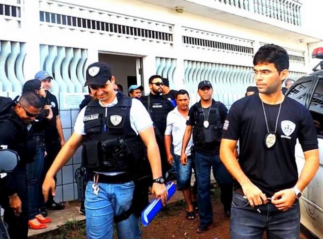 O ex-presidente do Sindicato dos Pescadores de Viana, Antônio de Inês sendo conduzido pela polícia