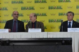 Secretário executivo do MEC, Luiz Cláudio Costa, o ministro da Educação, Renato Janine, e o presidente do Inep, Chico Soares, durante anúncio das novas regras para o Enem Valter Campanato