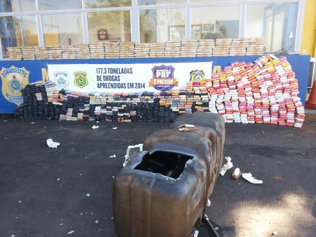 Parte da droga estava escondida no tanque de combustíveis de um dos caminhões (Foto: Divulgação/PRF)