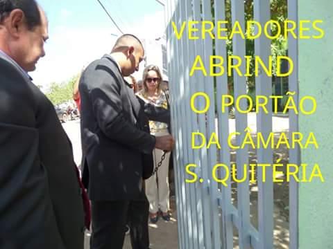 Vereadores da oposição arrombando os cadeados dos portões da Câmara