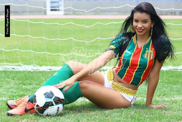 Brena Nascimento Estudante, 18 anos, 1.57m e 53 kg.