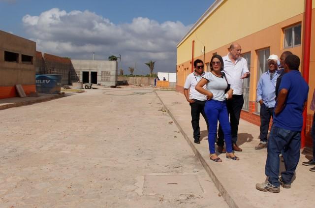 2 - Ribamar Alves e comitiva, durante visita ao hospital regional, realizada na última segunda-feira, 23