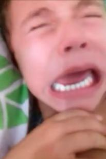 mãe tortura criança
