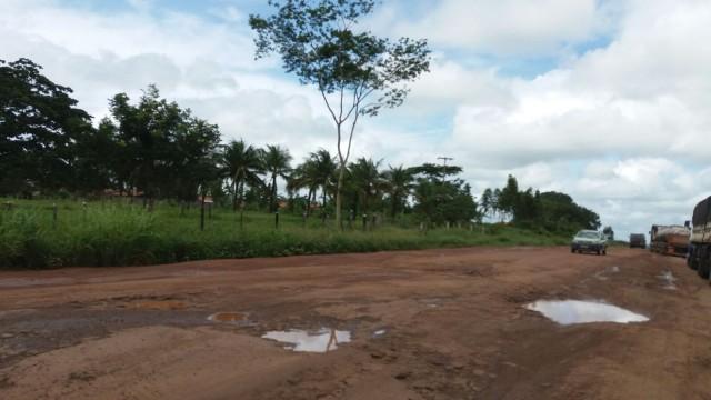 Asfalto escondido em meio a lama e buracos