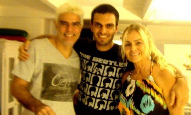 Rian Brito entre o pai Nizo Neto e a mãe Brita Brazil (Foto: Reprodução/Facebook/)