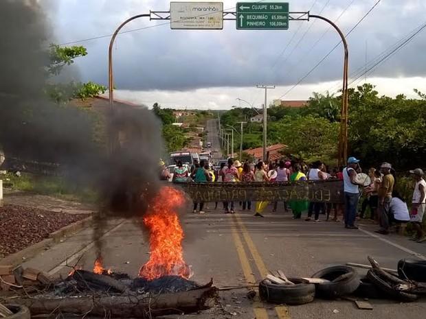 professores fecharam a BR-106 em forma de protesto