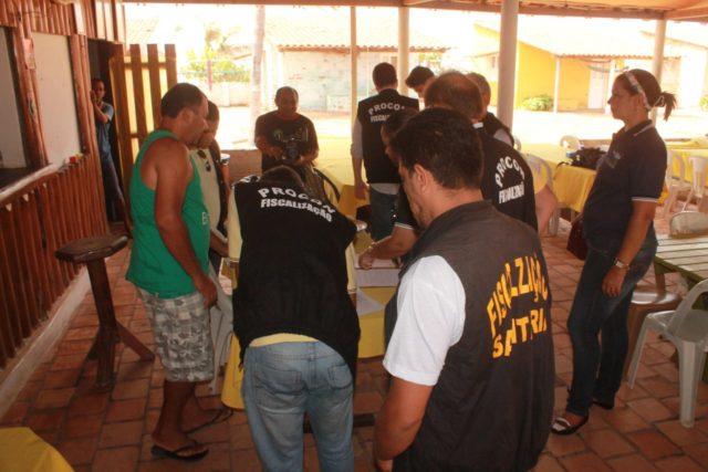 Fiscais do Procon visitam estabelecimento em Barreirinhas.