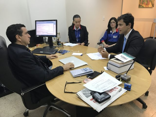 Presidente do PROCON/MA, Duarte Júnior, com o juiz da Vara de Interesses Difusos e Coletivos em São Luís, Douglas Martins