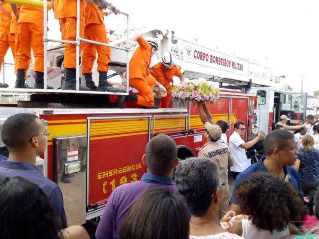 Multidão acompanha a saída do corpo de Alanna e comoção marca o velório